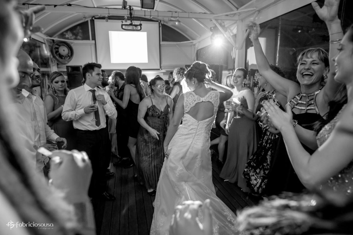 noiva e mãe dançando muito no meio da pista