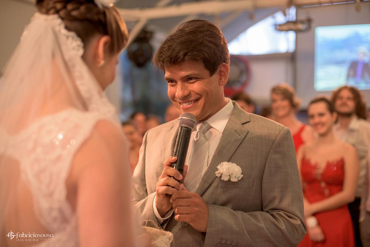 noivo falando seus votos na cerimônia