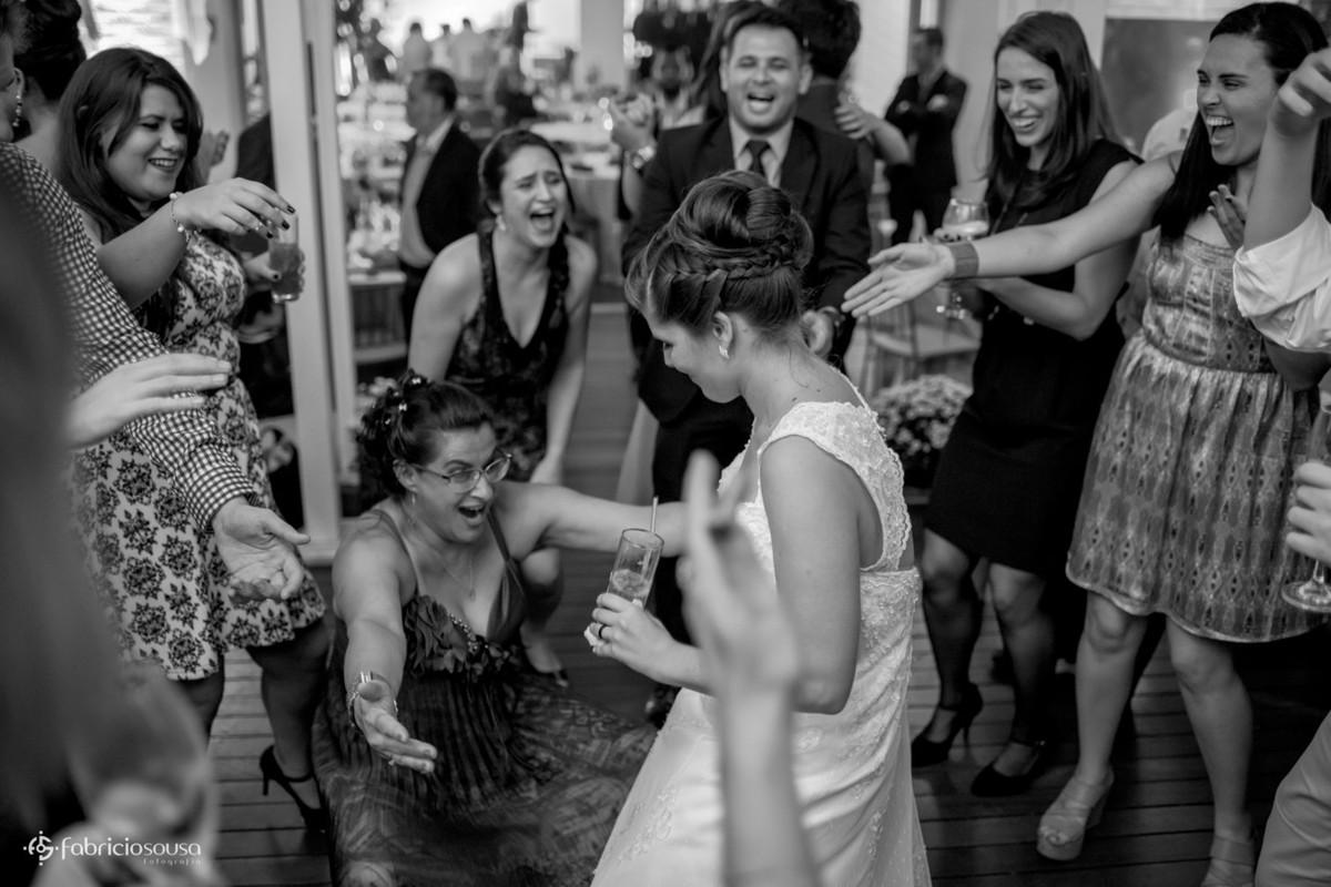 mãe da noiva descendo até o chão - muita animação dos convidados