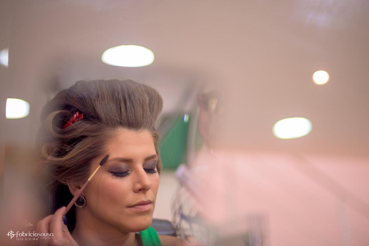 detalhe da maquiagem da noiva