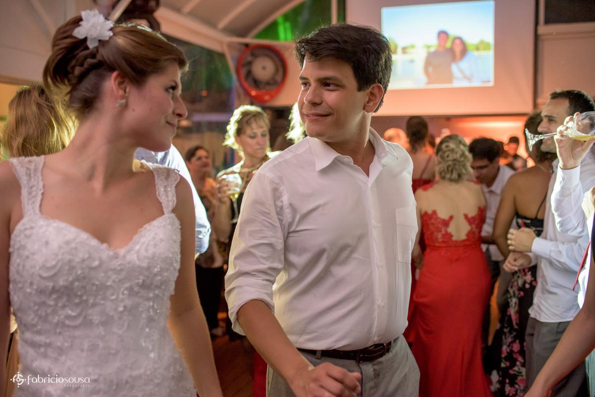 casal dançando e se olhando nos olhos