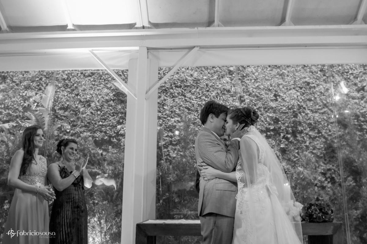 mãe aplaude e noivos se beijam