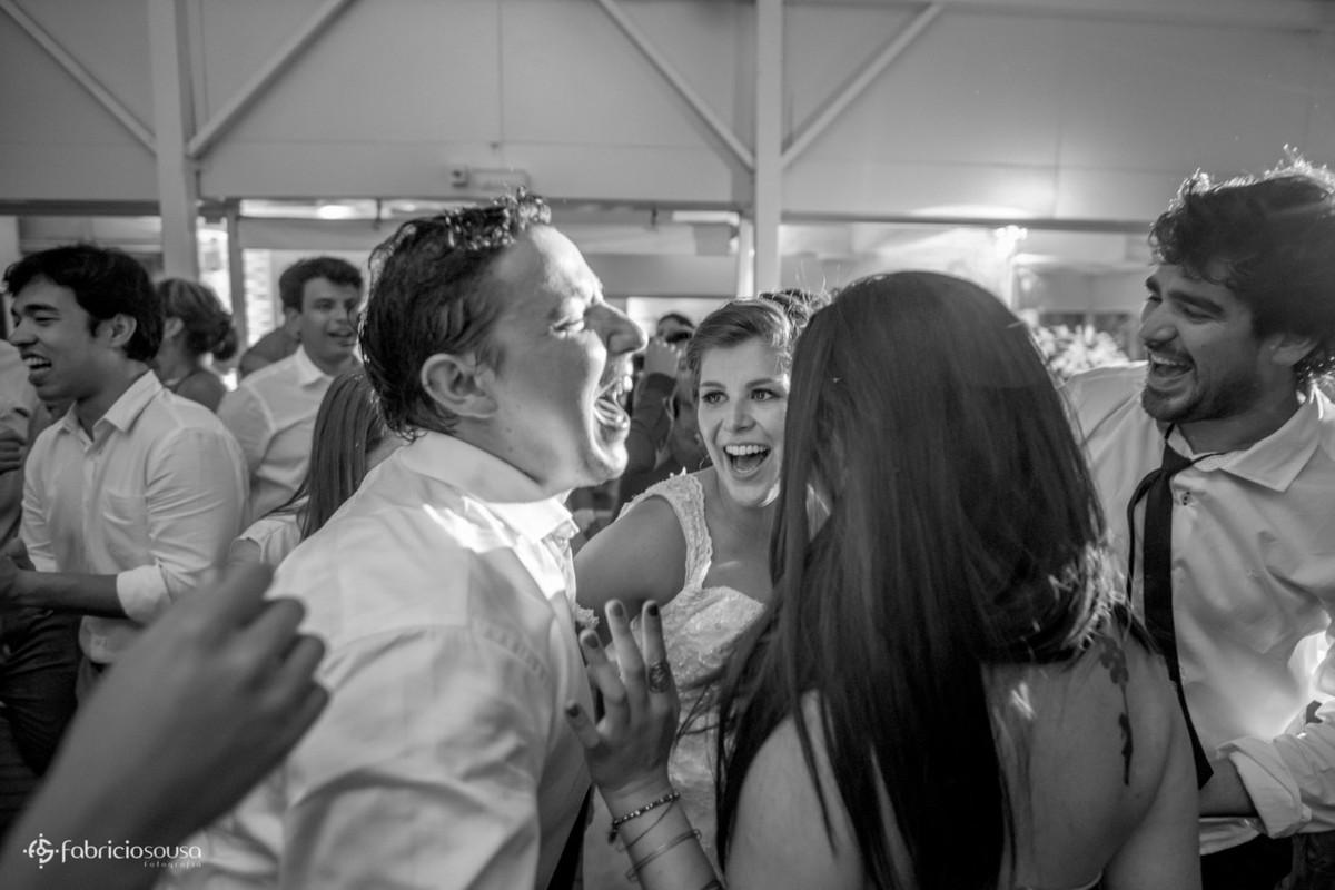 animação dos convidados internacionais dançando com a noiva