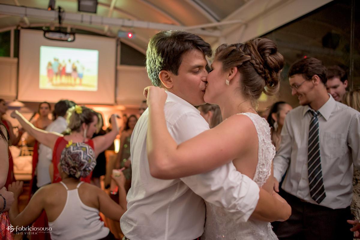 beijão dos noivos no meio da pista