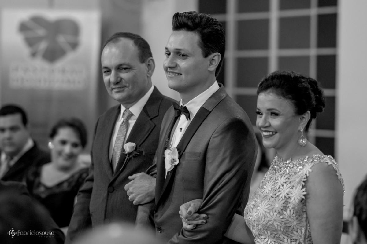 noivo entra com pai e mãe na igreja