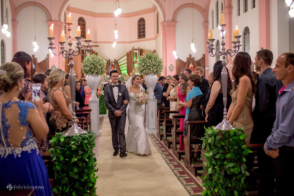 a saída dos noivos no corredor