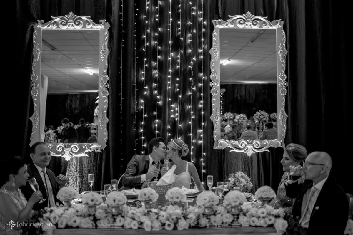 beijo na mesa dos noivos