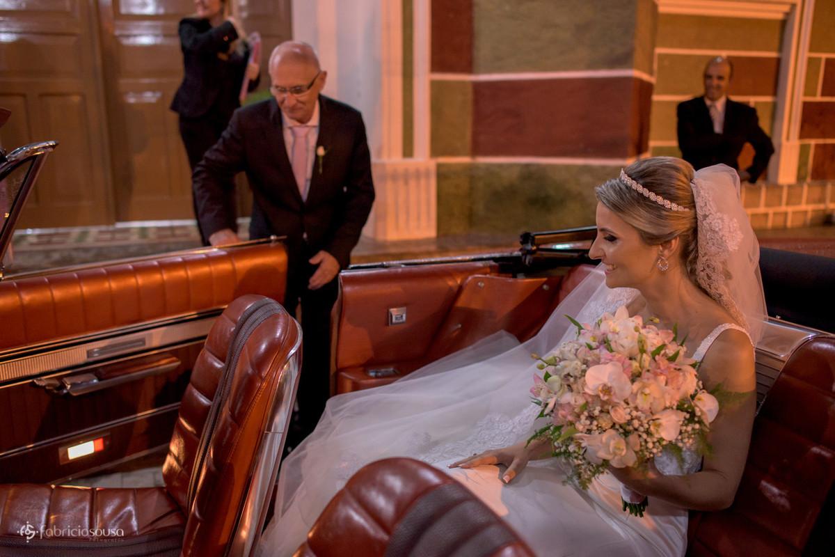 pai ajuda noiva a sair do carro antigo