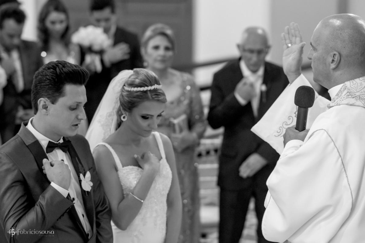 noivos fazem o sinal da cruz na cerimonia relogiosa