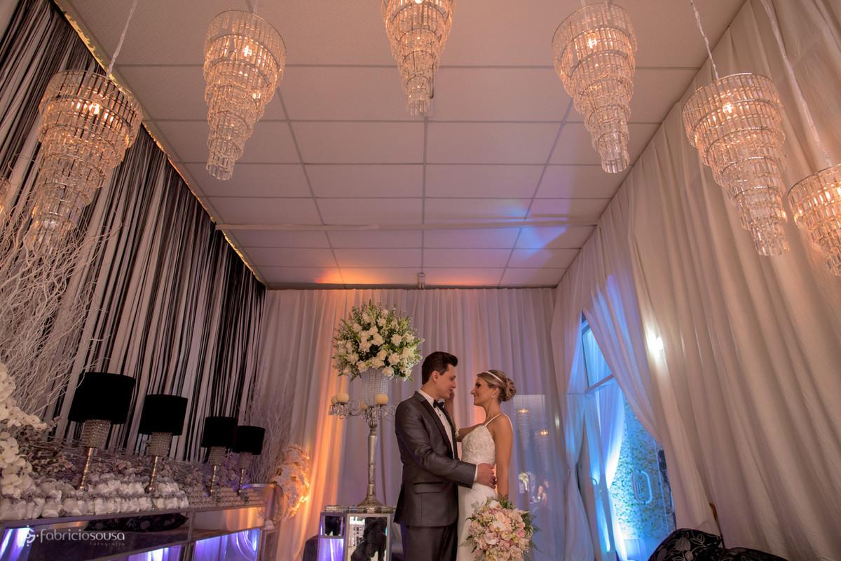 noivos se olham com a bela decoração de Luciana Mazzini