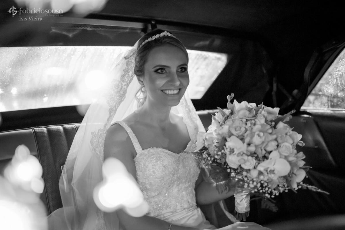noiva linda e sorridente aguarda para entrar na igreja - dentro do carro