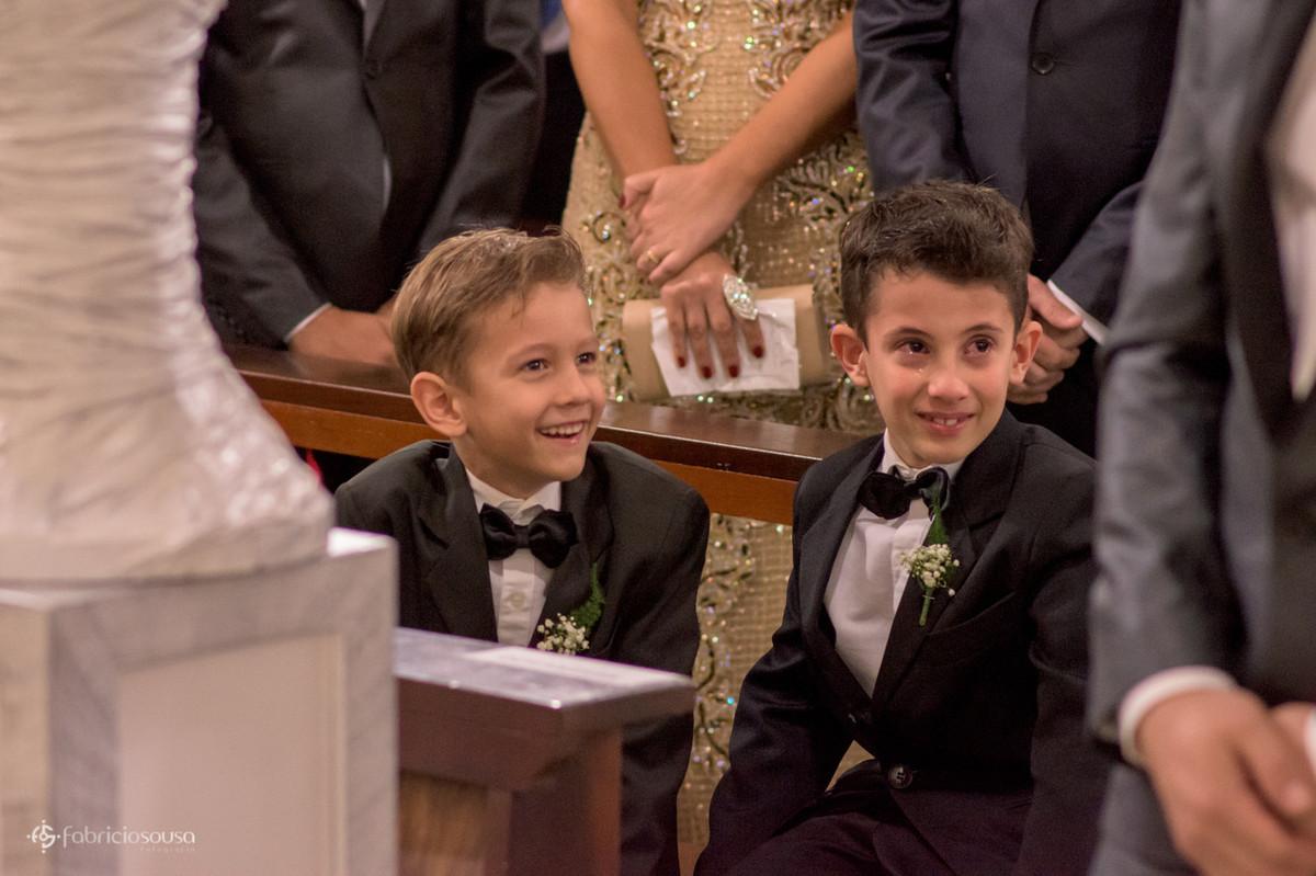pajens emocionados na entrada da noiva