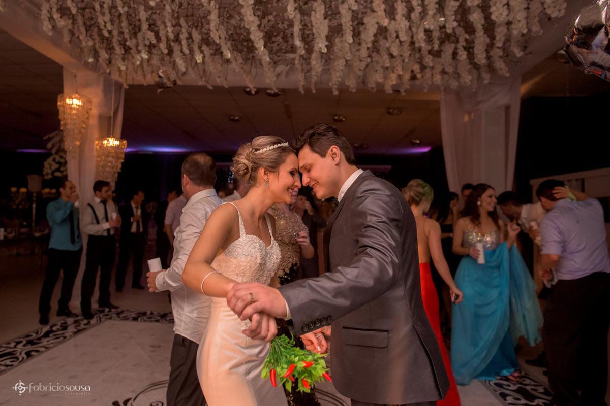 casal dançando com buquê de pimentas