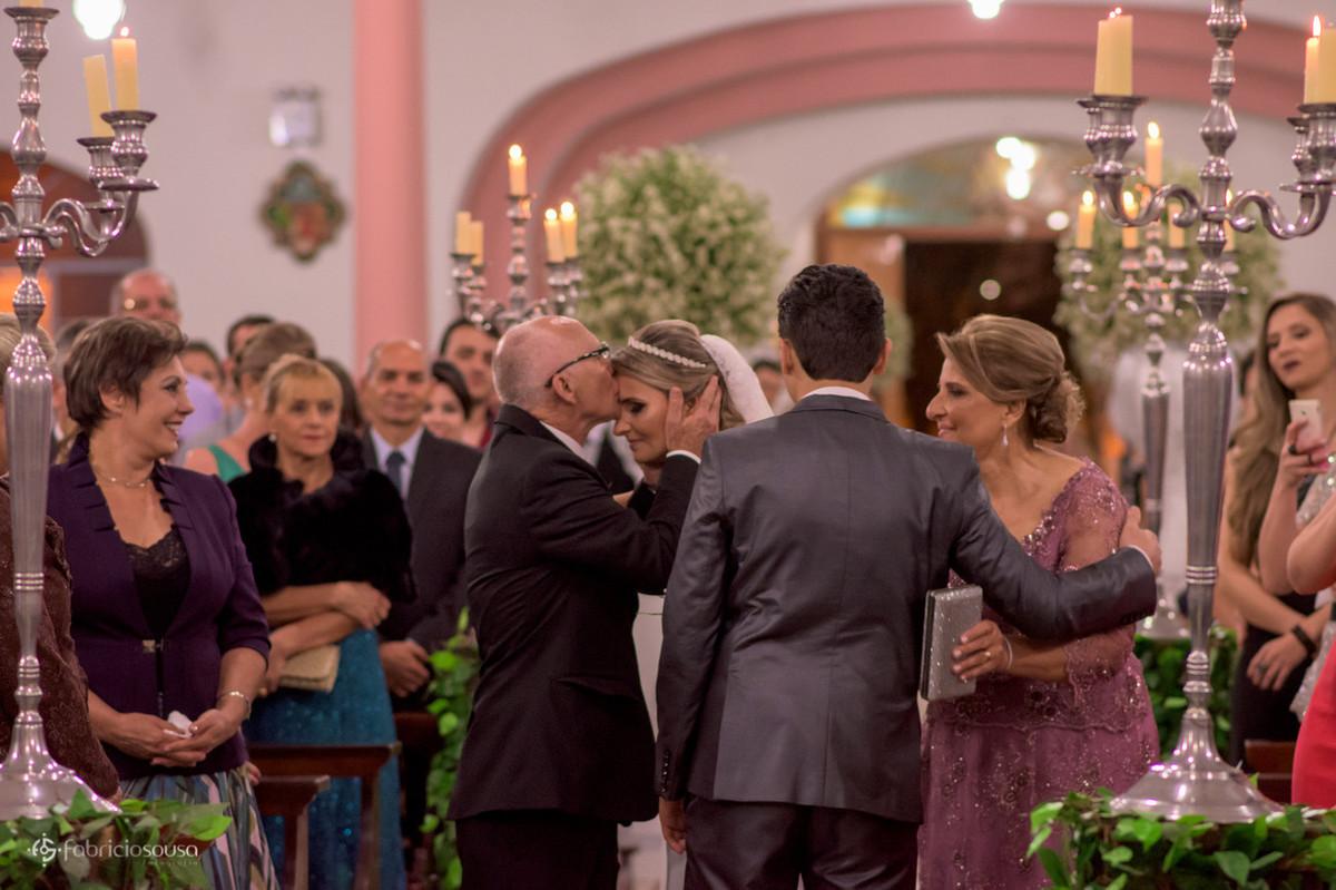 pai beija a noiva na testa