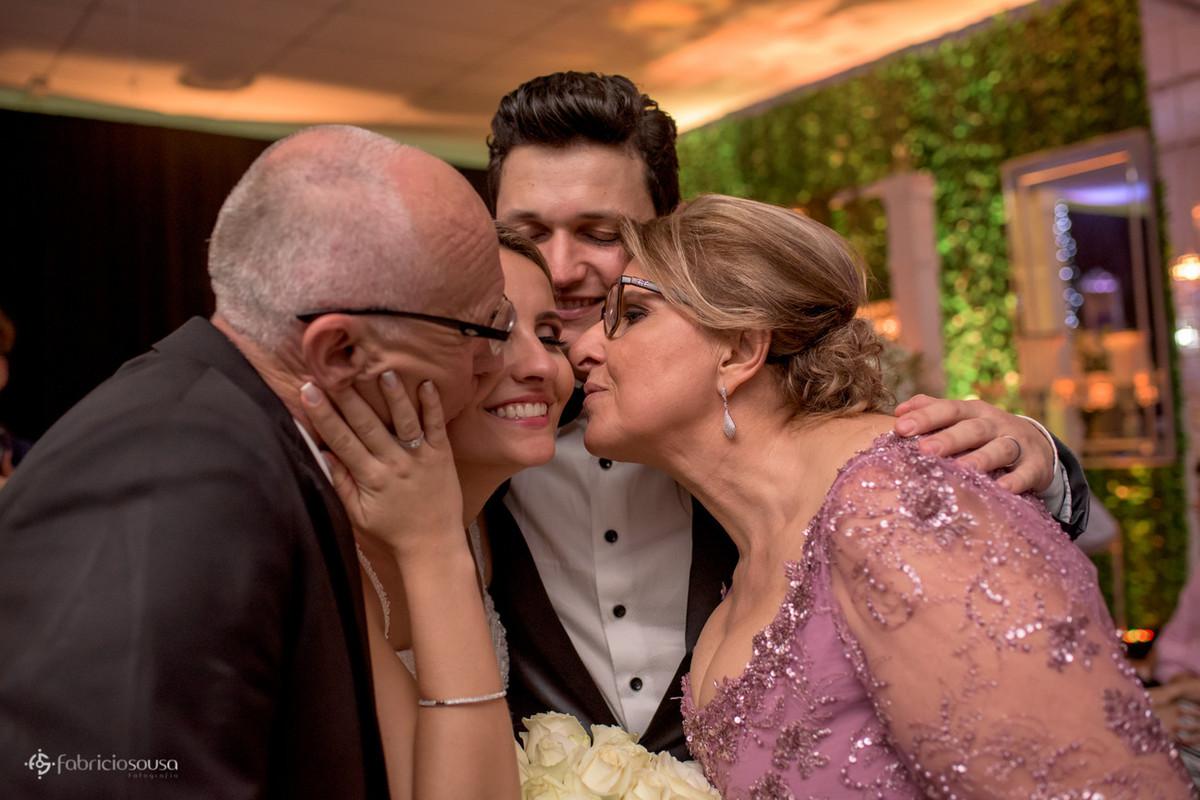 beijo do pai e da mãe na noiva