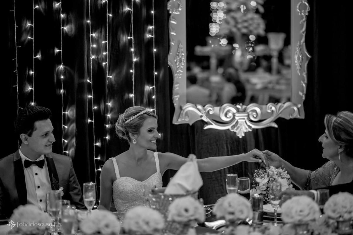 noiva mostra aliança pra mãe