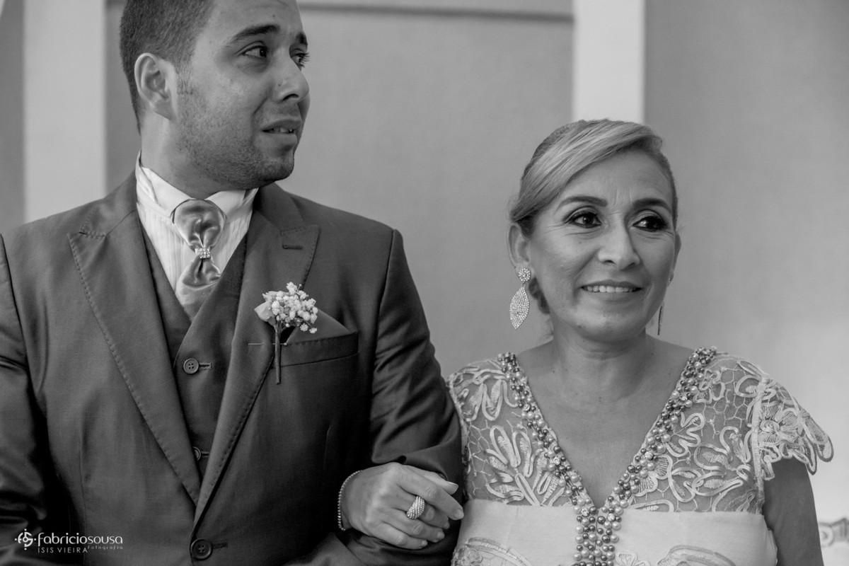 noivo emocionado ao ver a noiva entrando