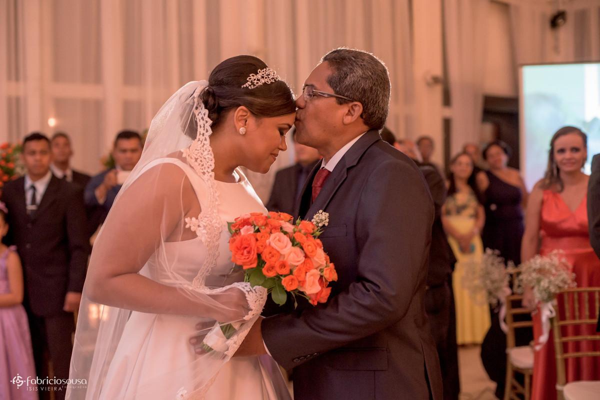 pai da noiva beija na testa para se despedir