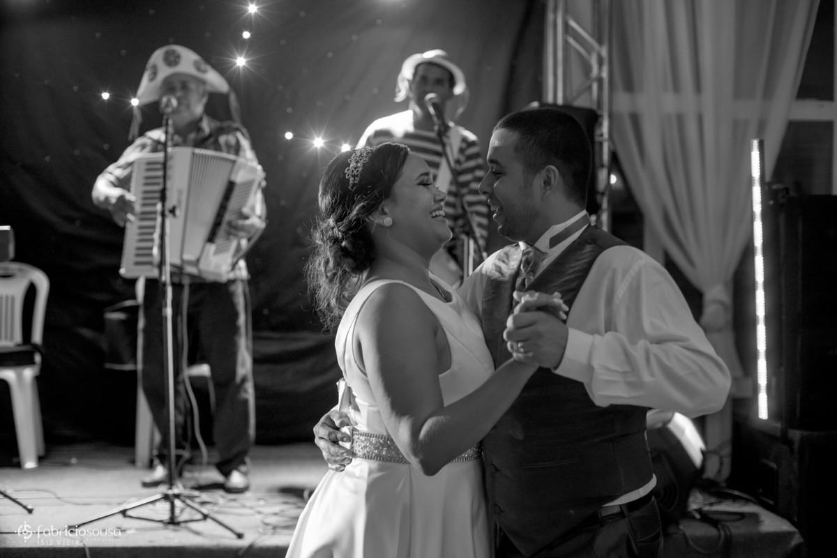 casal de noivos dança forró em sua festa
