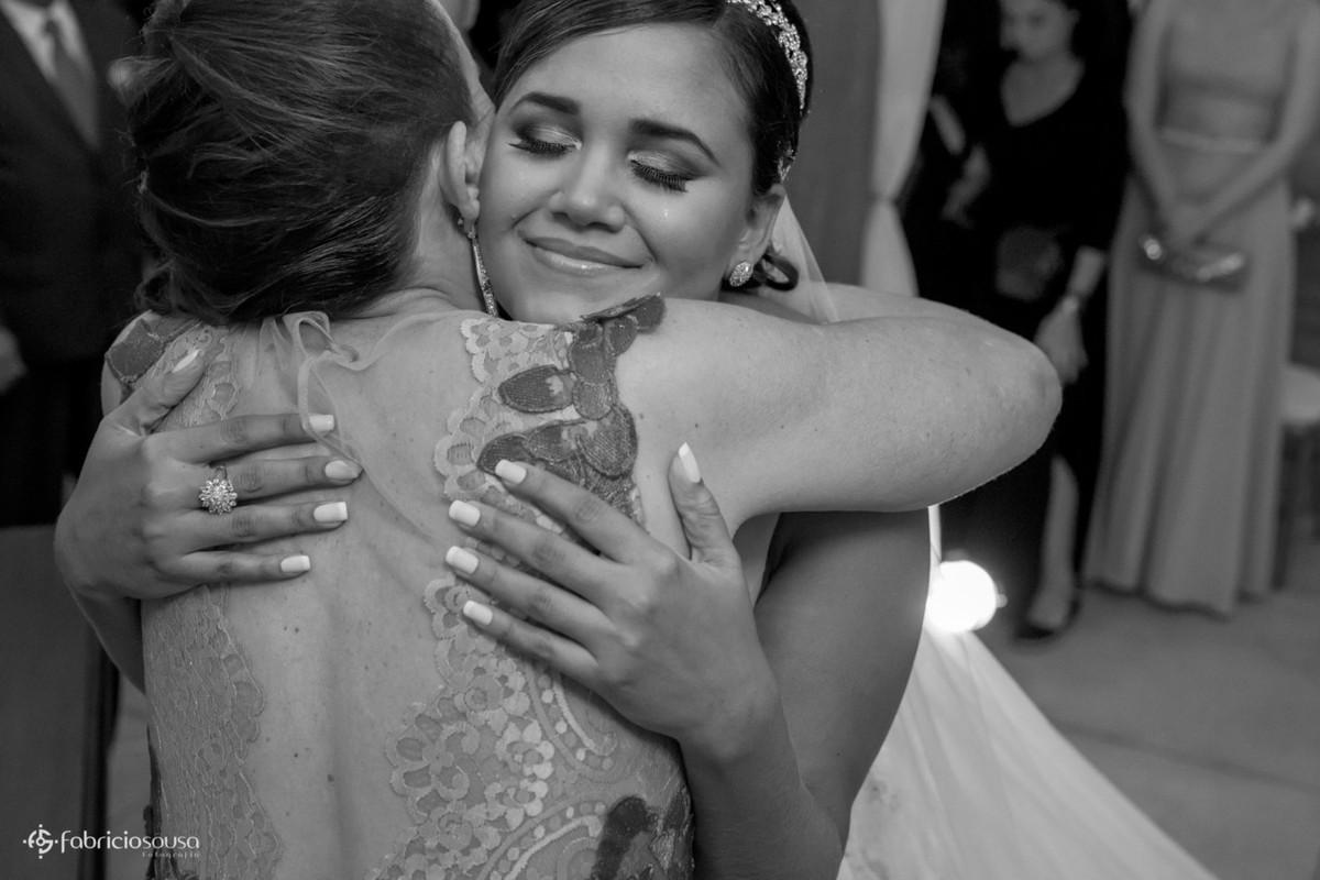 o abraço da noiva na mãe