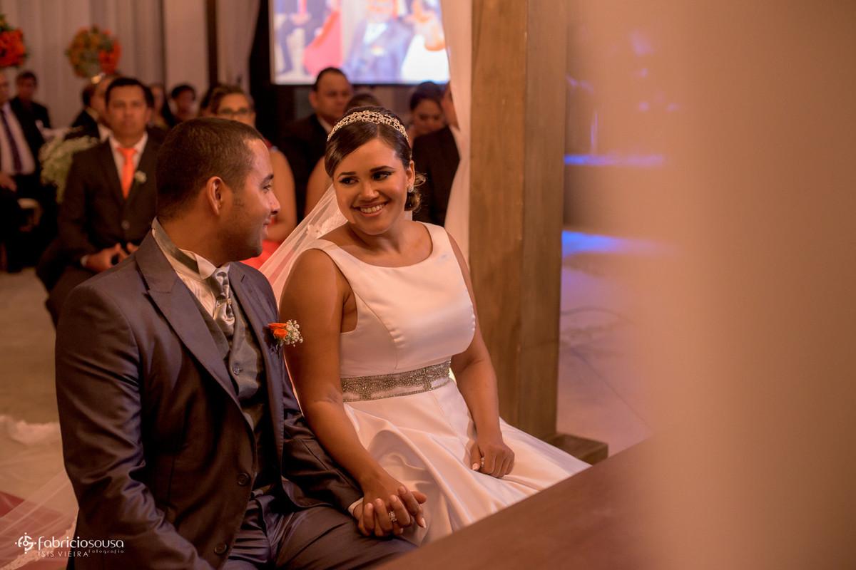 troca de olhares do casal de noivos