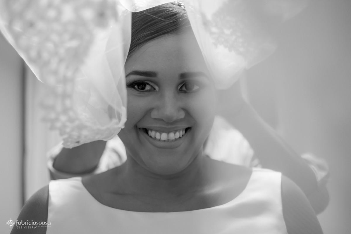 retrato da noiva sorridente no making of
