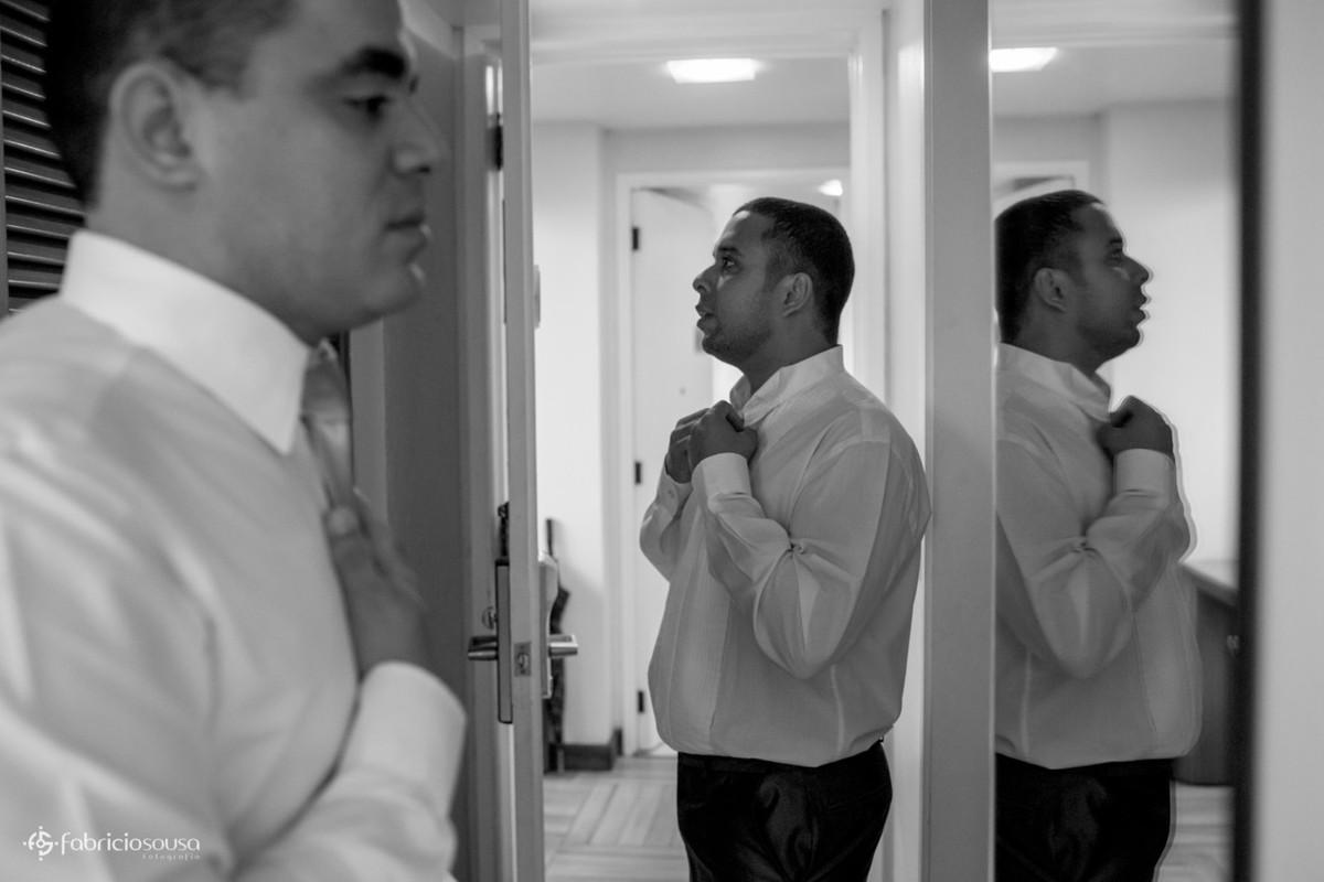 noivo colocando a gravata com cunhado