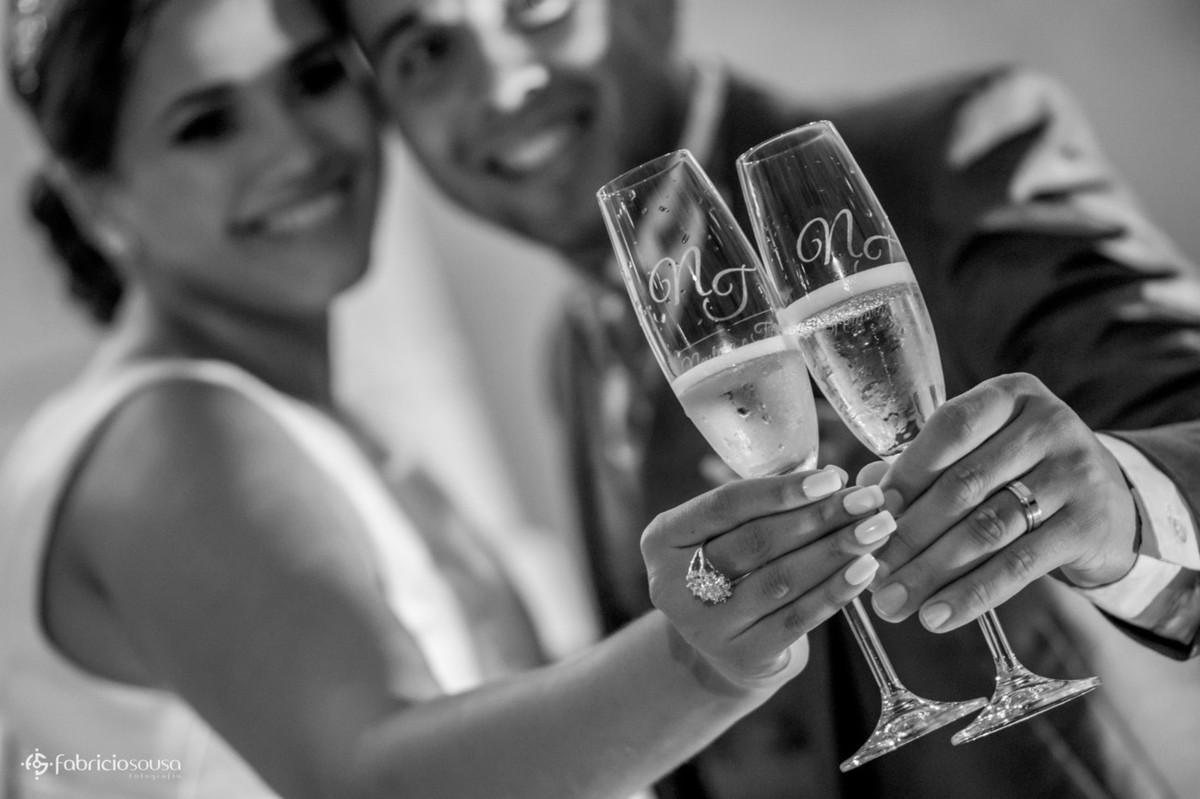 taças personalizadas com inicais dos noivos na hora do brinde