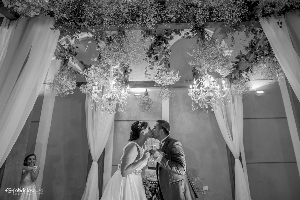 o beijo de casados e a daminha com a mão na boca observa tudo