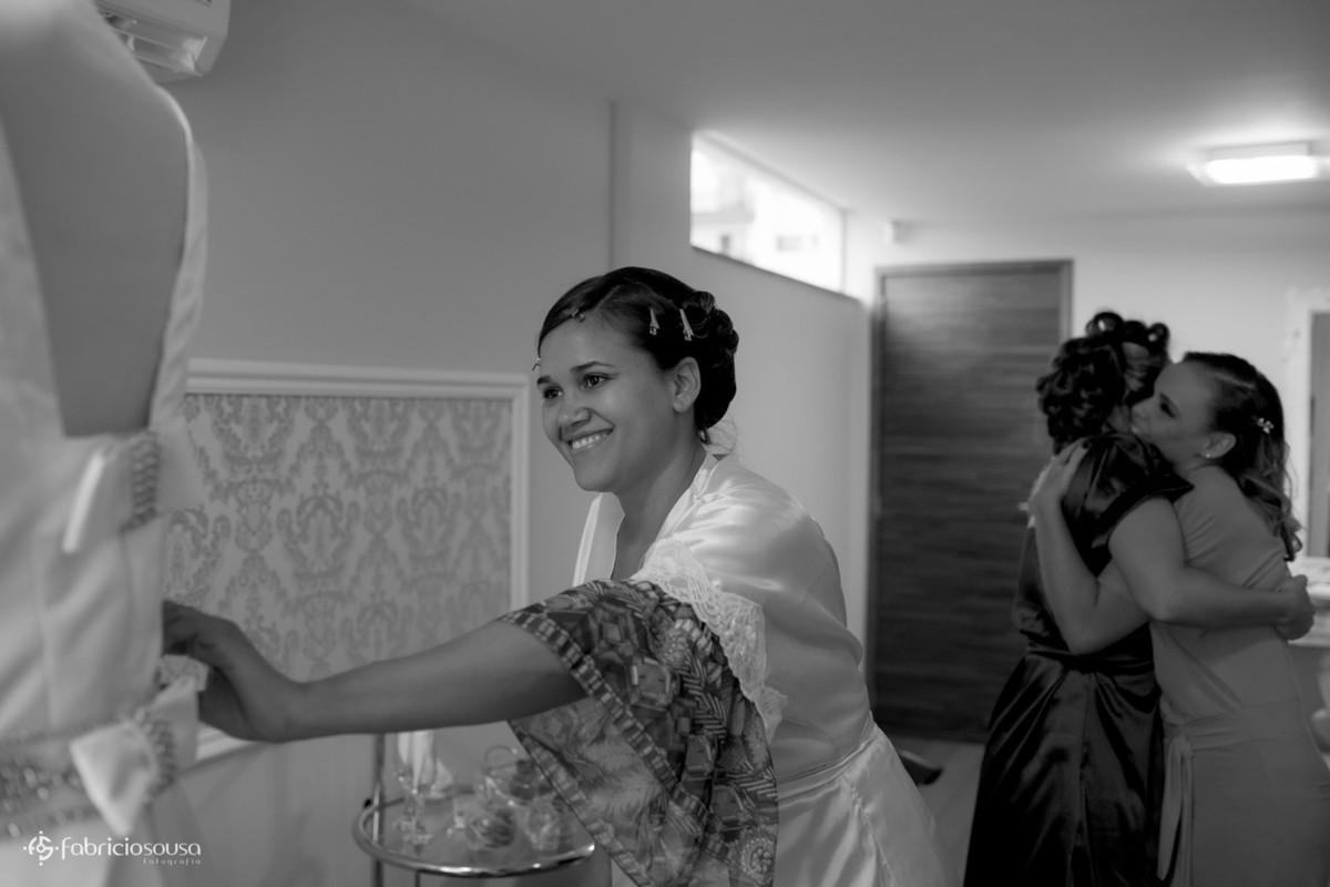 noiva apreciando o vestido no making of no salão Cassius