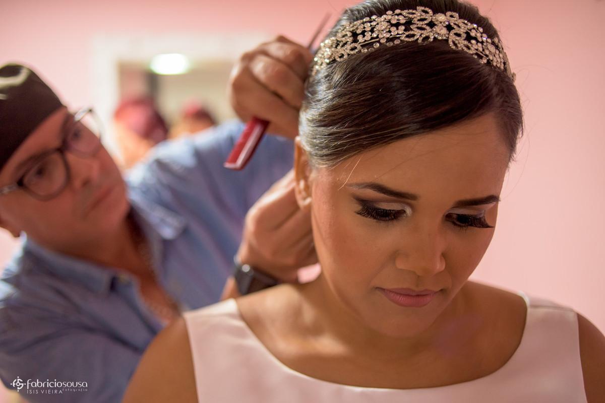 Cassius fazendo o penteado da noiva durante o making of