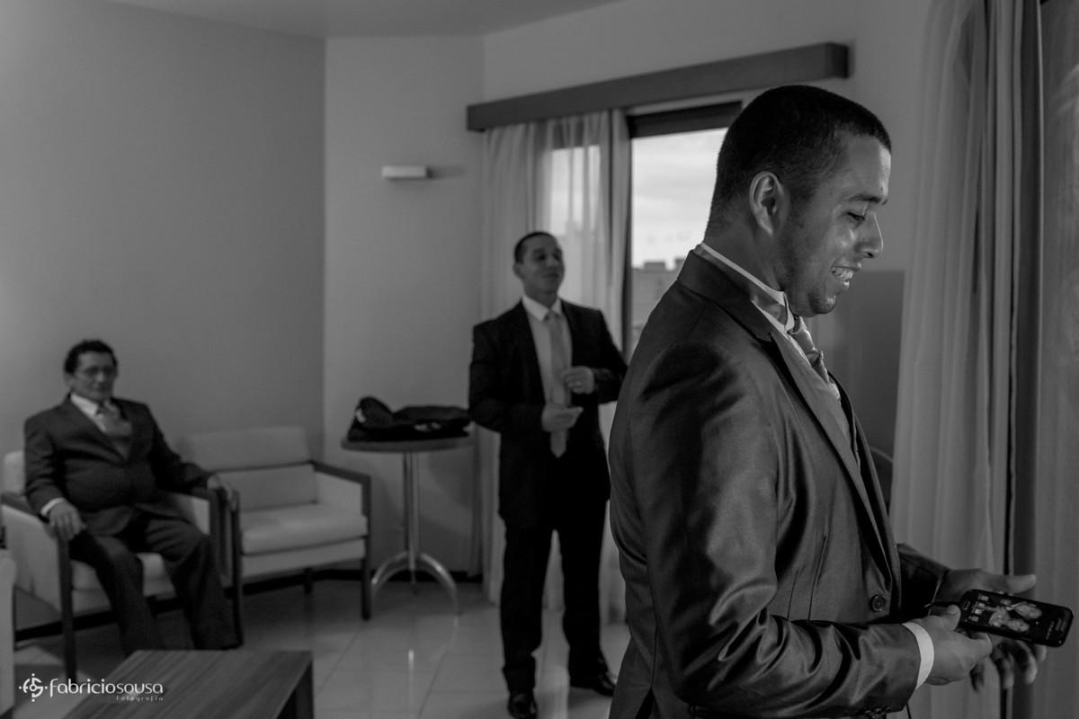 noivo se arrumando no hotel com pai e irmão