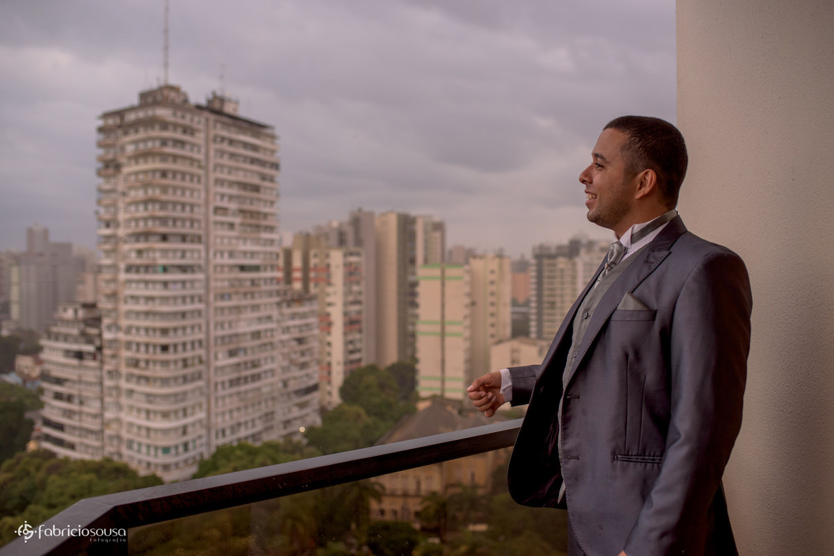 noivo apreciando a paisagem na suíte do hotel Princesa Louçã