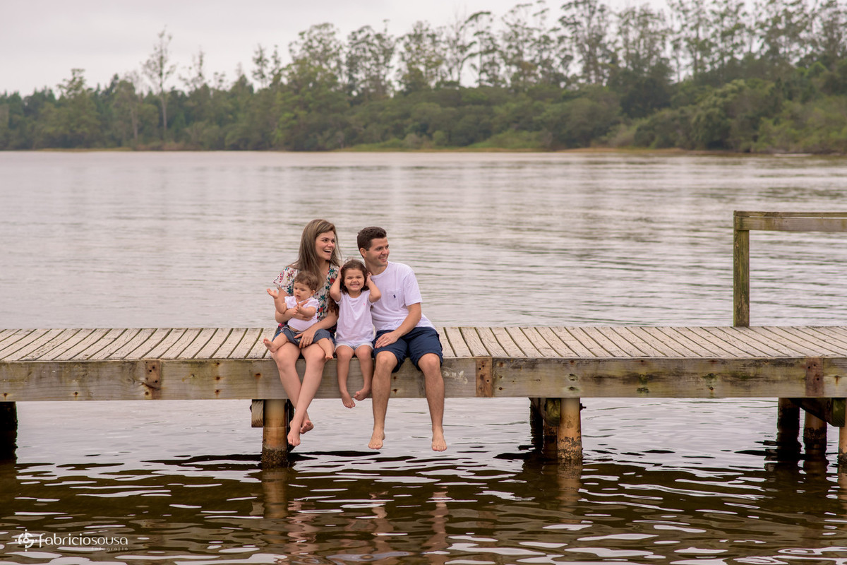 Família sentada na borda do trapiche