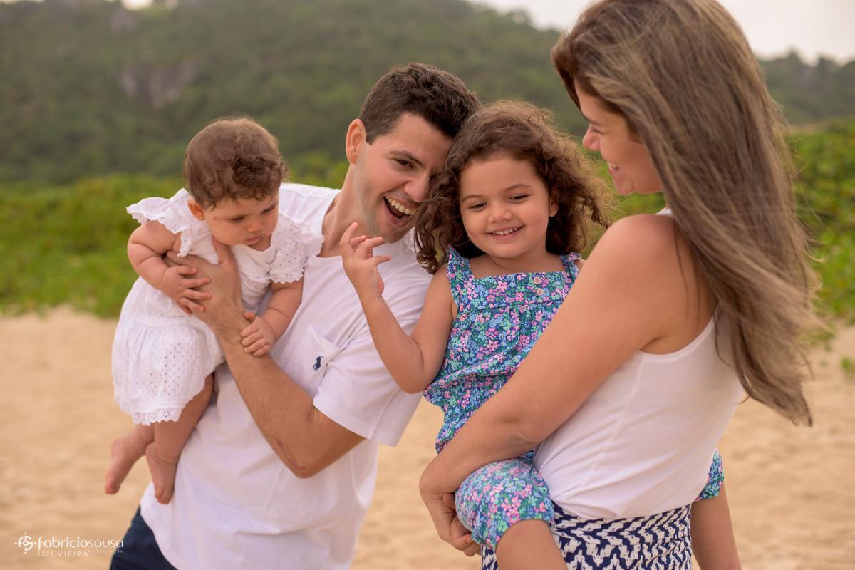 Família reunida em praia de Floripa