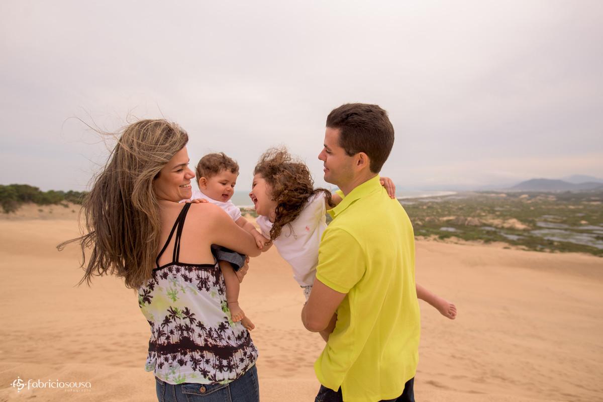 Família reunida nas dunas da praia Joaquina