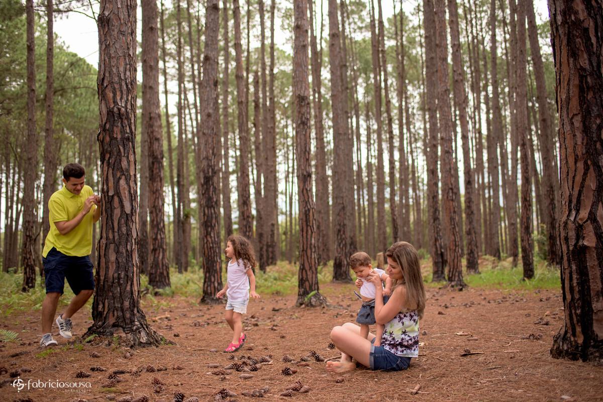 Família descontraída entre as árvores