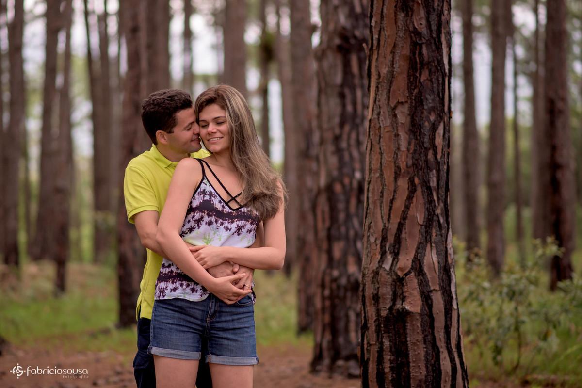 Guilherme abraça Aline por trás de rostinho colado