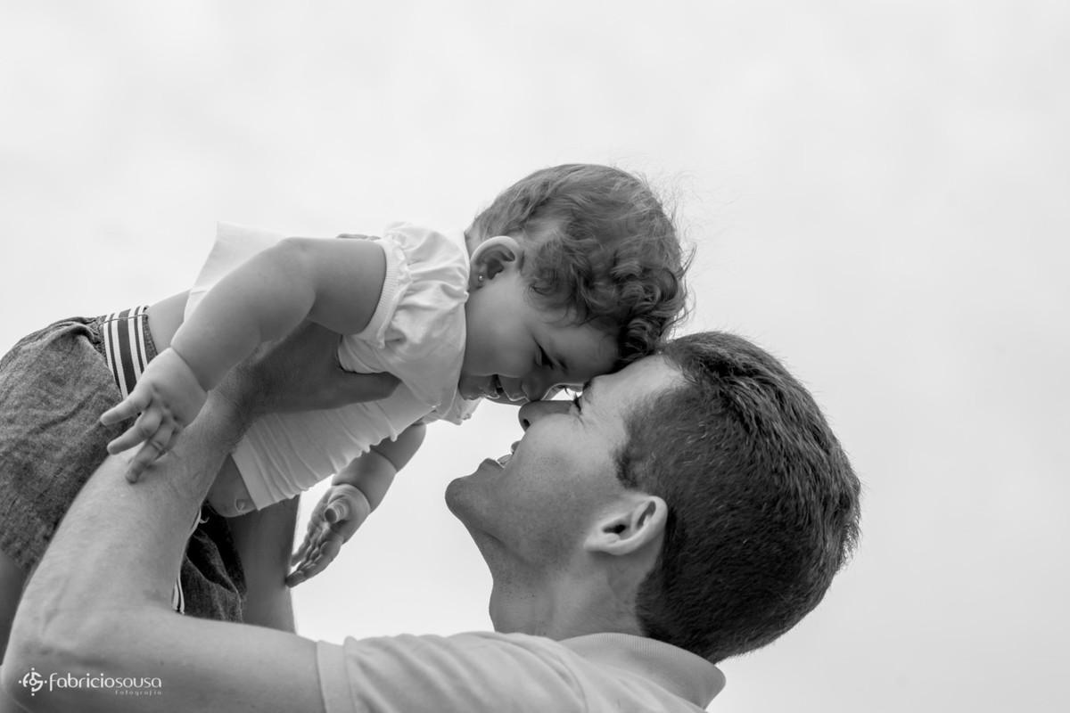 Papai e filhinha nariz com nariz black and white