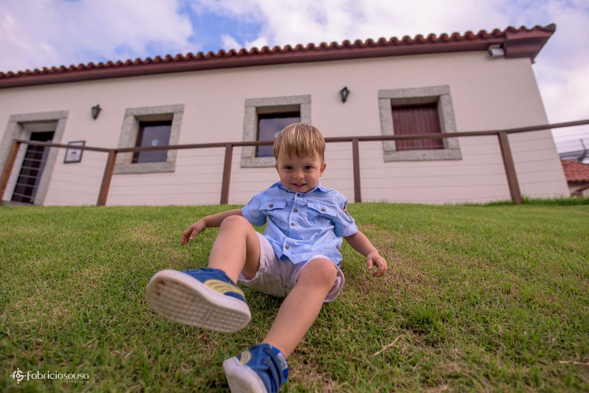 garoto escorregando na grama