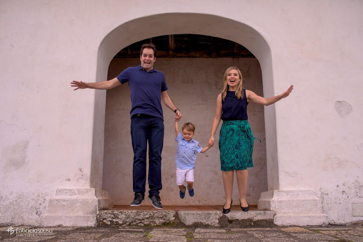 família saltando no forte de Santana em Floripa