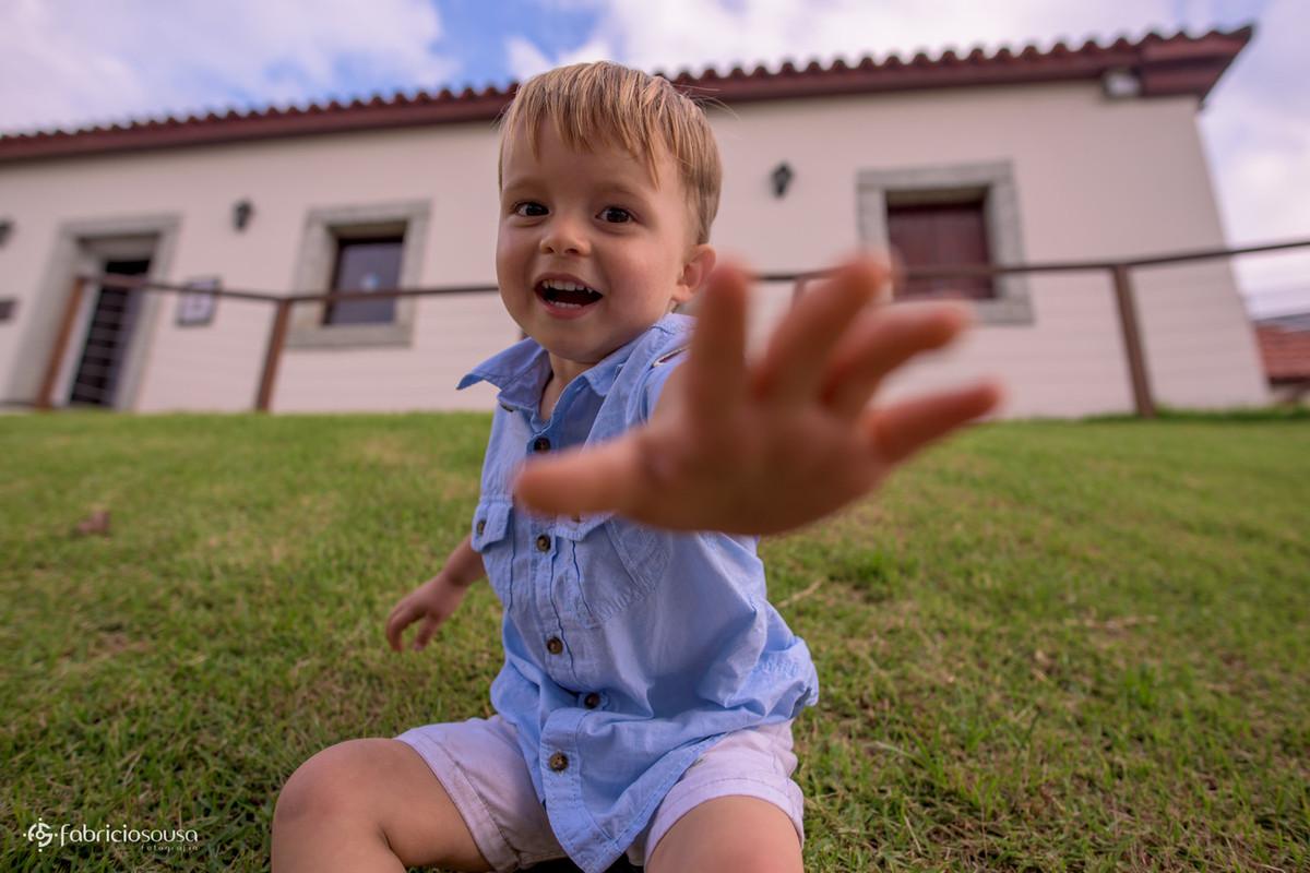 mãozinha da criança tenta alcançar a câmera