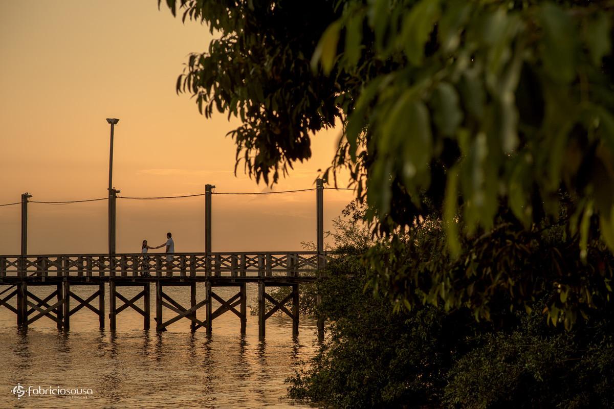 silhueta do casal de namorados no trapiche na beira rio Amazonas