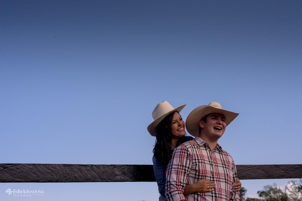 noivos com chapéu cowbow