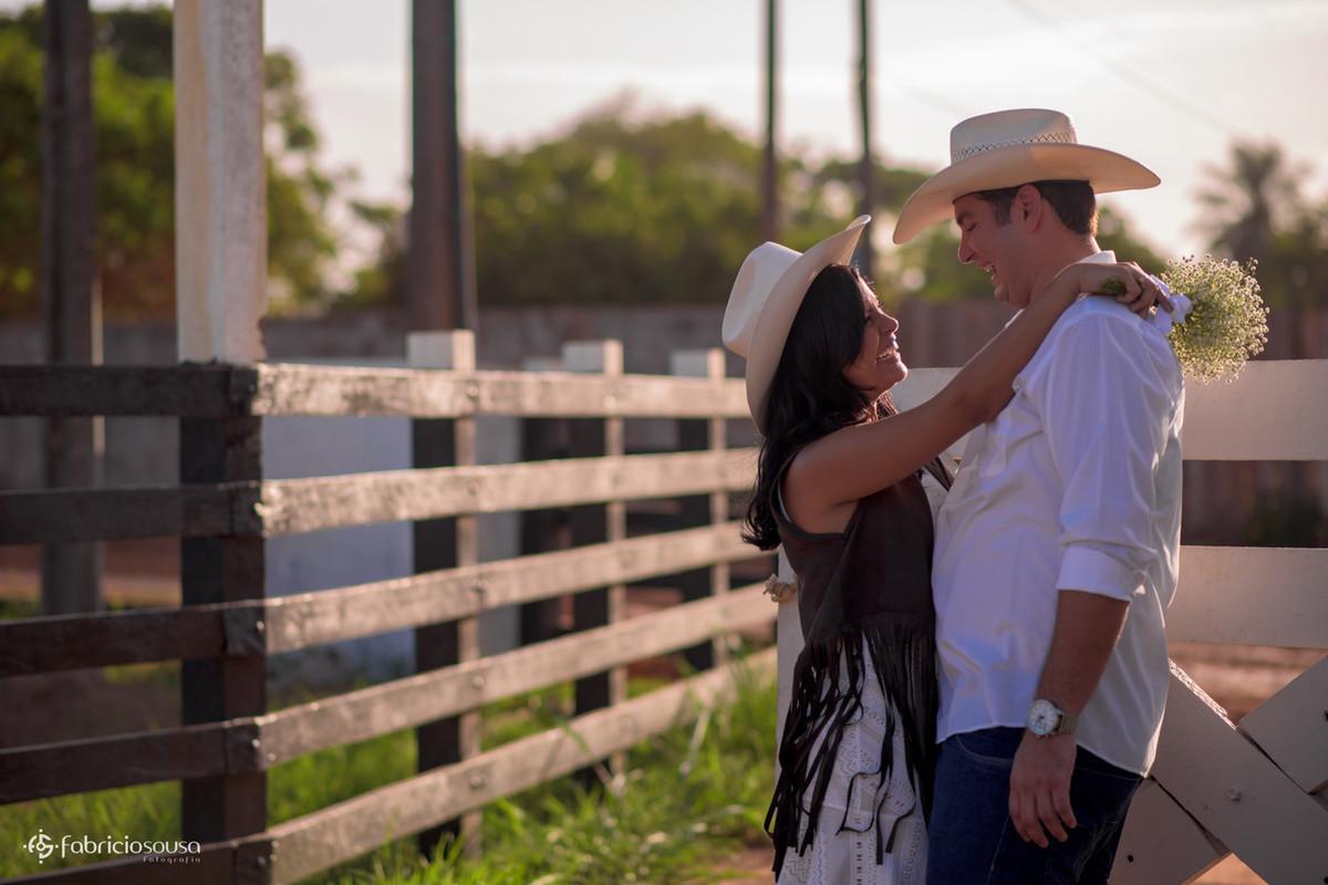 casal feliz na fazenda