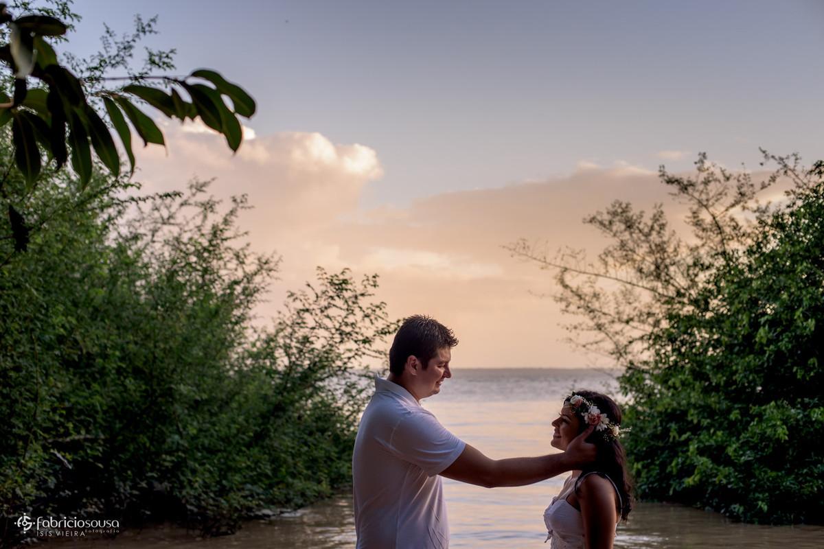namorado acaricia a amada na margem do rio amazonas