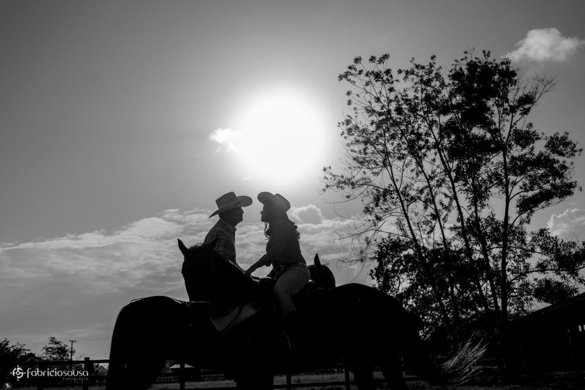 silhueta do casal montado a cavalo