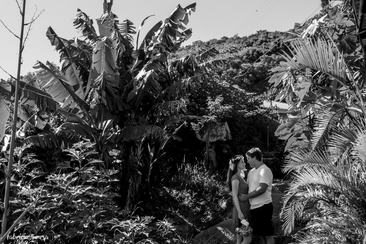 noivos jovens na prainha do leste Floripa
