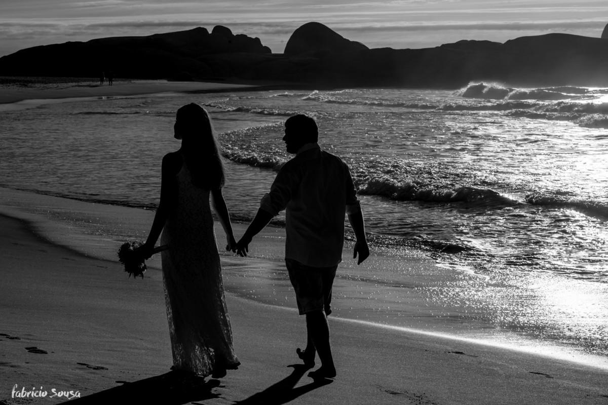 casal caminhando na praia mole