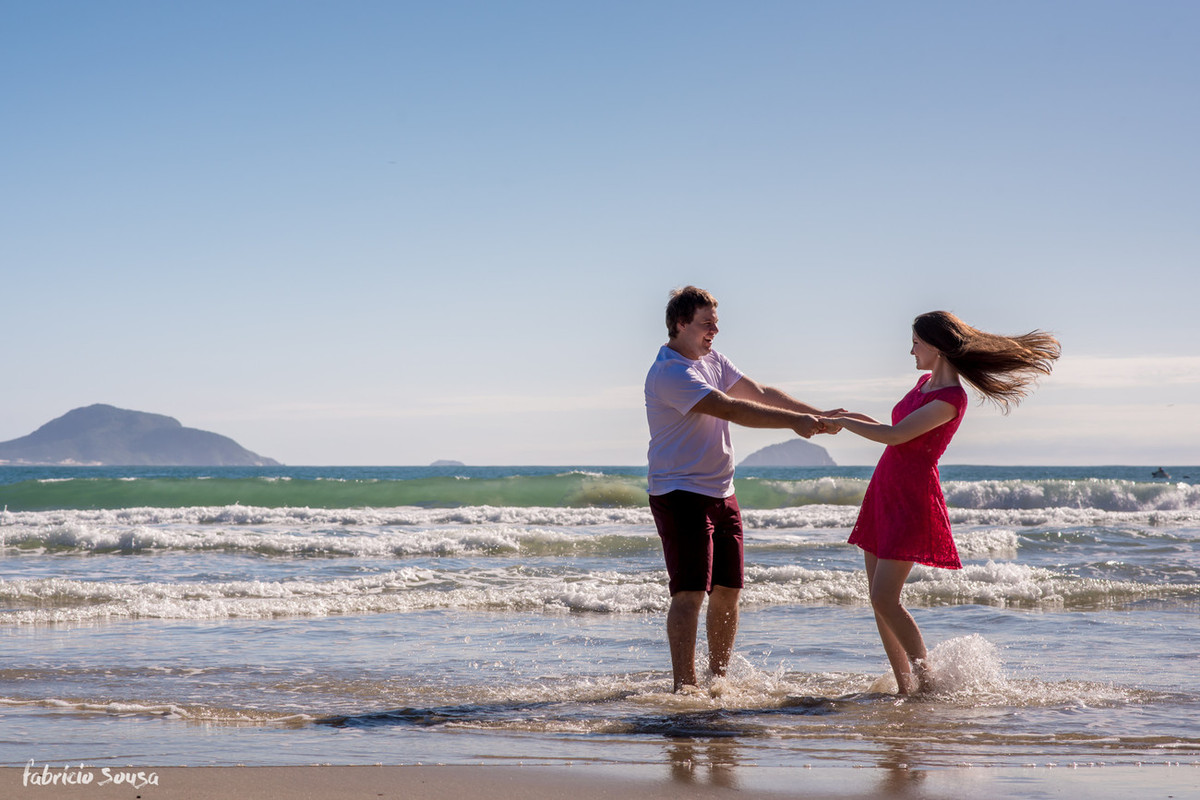 casal com pés na água em ensaio fotográfico